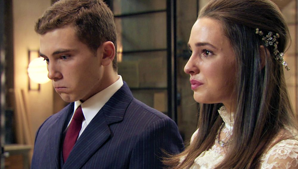 Emma y Manolín viven una boda íntima y una noche de bodas incómoda