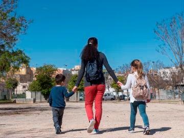 Una madre pasea junto a sus hijos en Palma de Mallorca