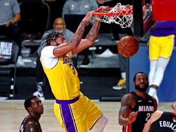 Anthony Davis machaca el aro de los Heat