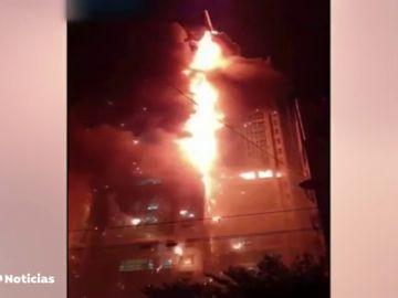 Un enorme incendio envuelve un bloque de viviendas de 33 pisos en Corea del Sur
