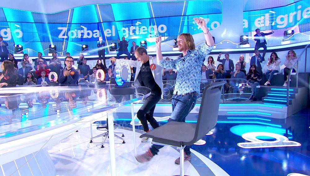 ¡Qué ritmo! Manuel Bandera y Ken Appledorn bailan sirtaki como en 'Zorba, el griego'