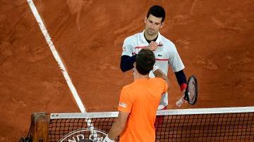 Pablo Carreño saluda a Djokovic tras su partido en Roland Garros