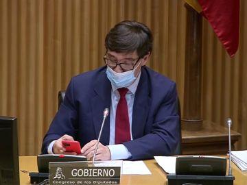 Salvador Illa con el móvil en la Comisión de Sanidad