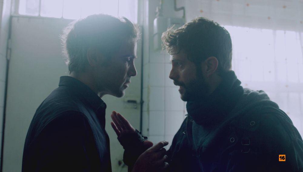El secreto que unirá a Carlos y Hugo para salvar a Julia, ¿saldrá la verdad a la luz?