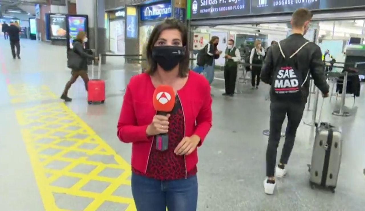 Mayor afluencia de pasajeros en Atocha ante la posibilidad de decretarse el estado de alarma en Madrid