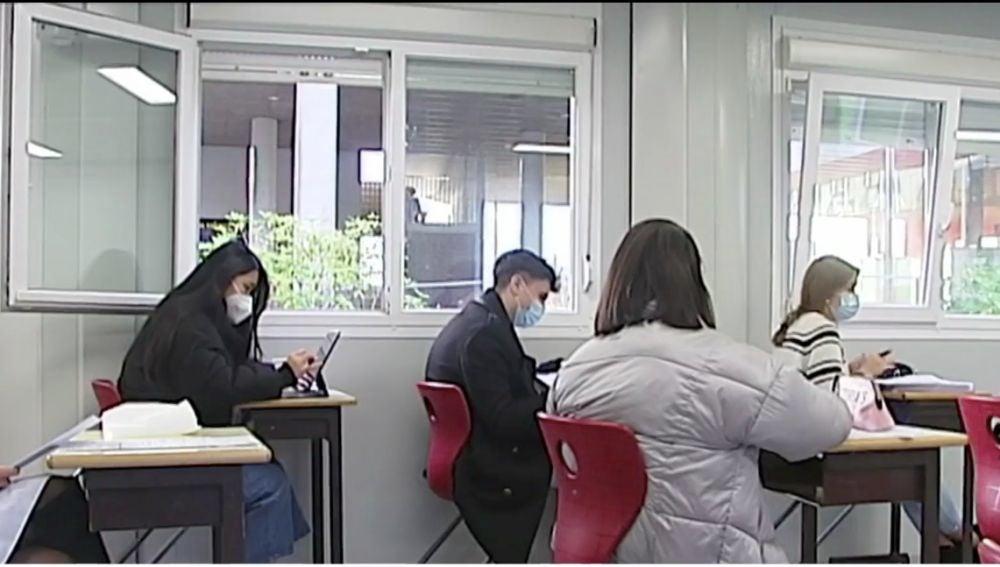 Alumnos con abrigo en clase