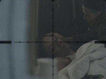 Un francotirador siembra el pánico en casa de Emilia, ¿habrá abatido a su objetivo?