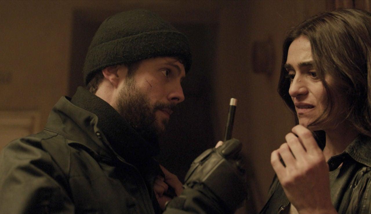 """Carlos alerta a Julia con una seria advertencia: """"Marta está en peligro"""""""