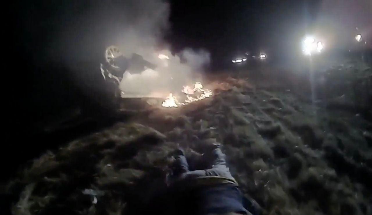 Rescatan a una mujer de un coche en llamas en California