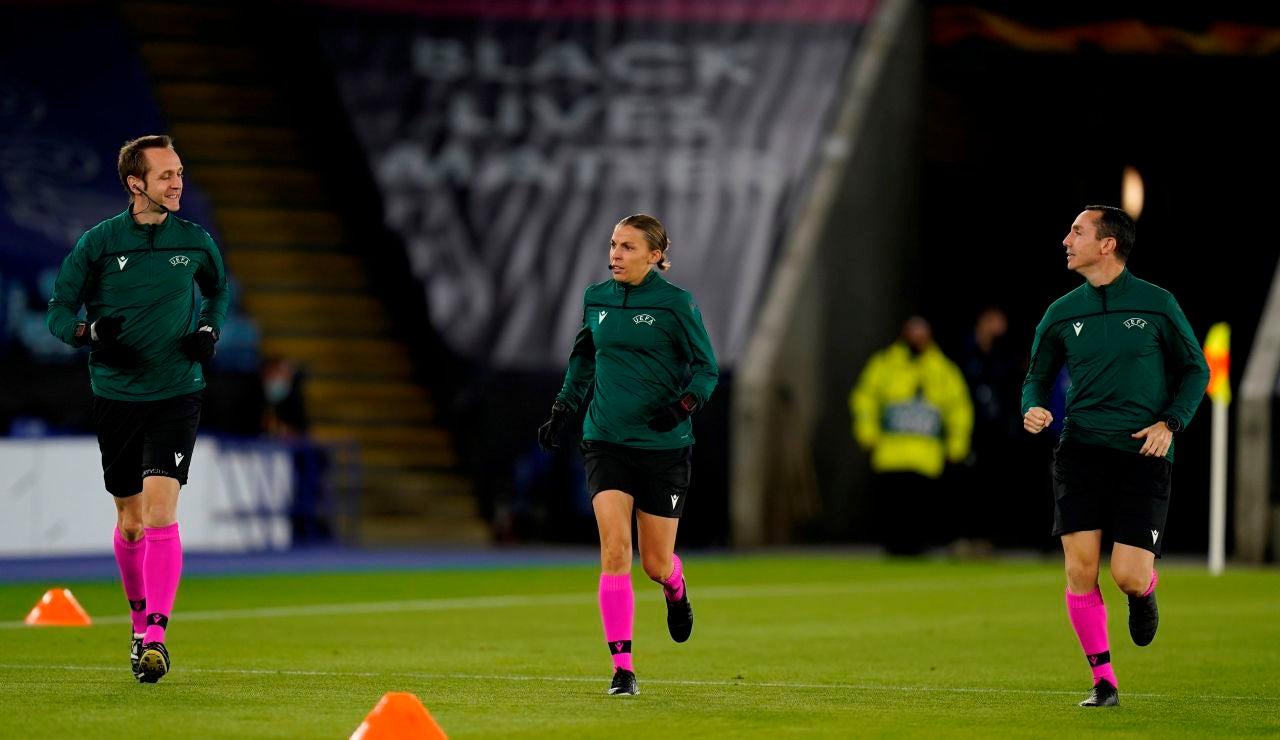 Stephanie Frappart calienta antes de arbitrar un partido