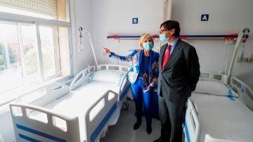 Salvador Illa escucha a la consejera de Sanidad castellanoleonesa, Verónica Casado, en el Hospital Clínico Universitario