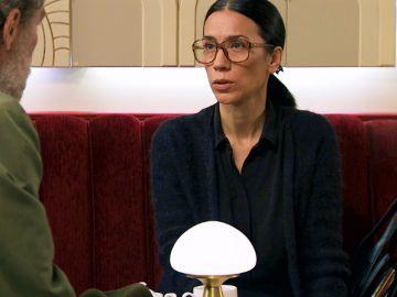 Manolita se reúne con un prestigioso periodista de sucesos para pedirle ayuda