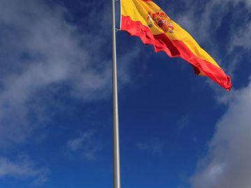 Una bandera de España con 25 metros de mástil y 75 metros cuadrados honra en Valdebebas a las víctimas del coronavirus