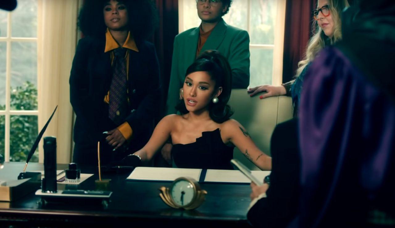 Ariana Grande en el 'Despacho Oval' en el vídeo de 'Positions'