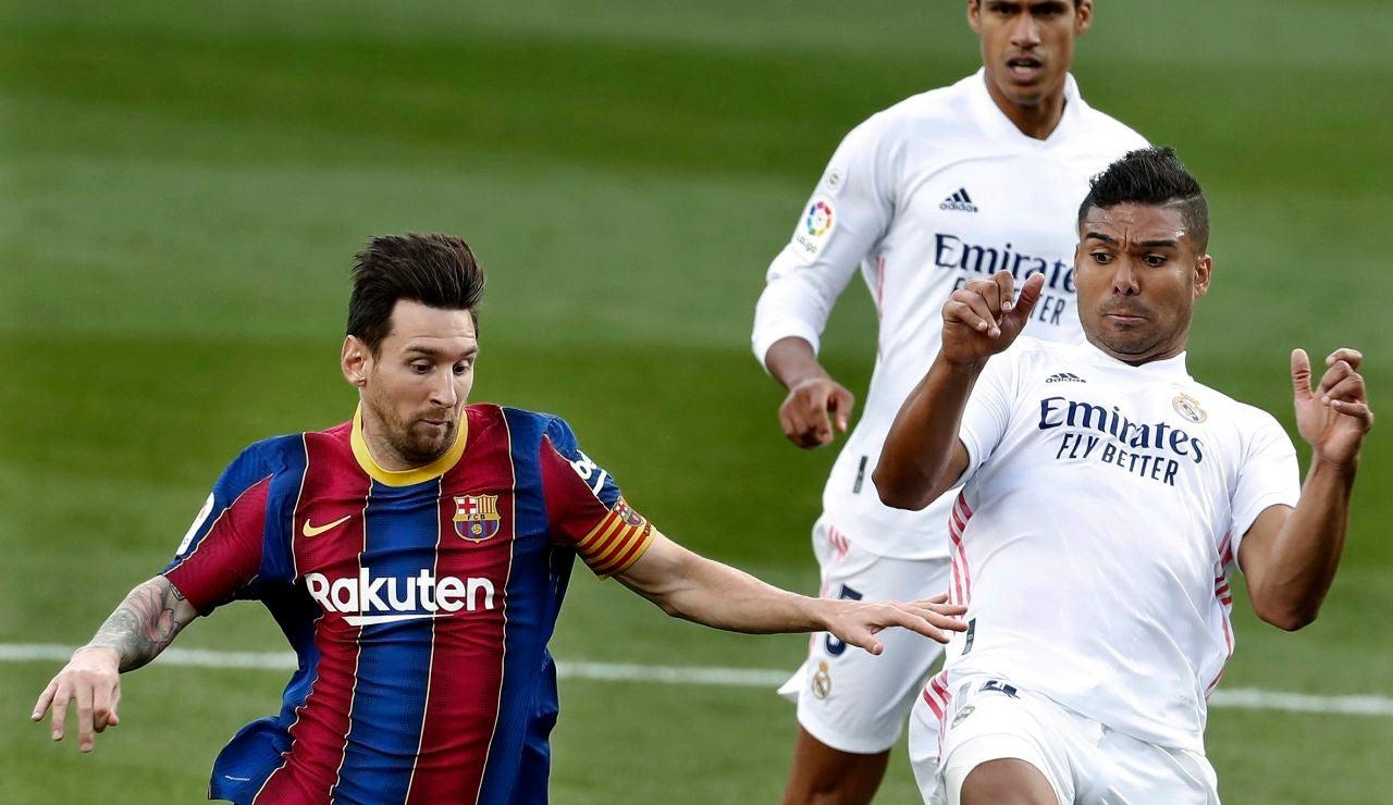 Messi y Casemiro disputan un balón