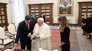 La comentada imagen de Pedro Sánchez y el papa Francisco sin mascarillas ni distancia por el coronavirus