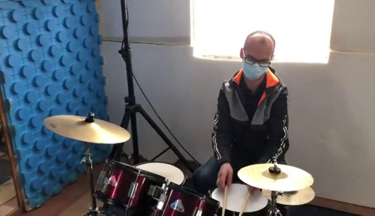 Un músico cambia la batería por el reparto de productos farmacéuticos ante la crisis de las orquestas por el coronavirus