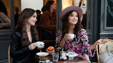 Ashley Park y Lily Collins en 'Emily en Paris'