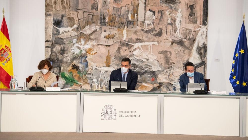 Carmen Calvo, Pedro Sánchez y Pablo Iglesias, durante el Consejo de Ministros Extraordinario de este domingo