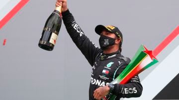 Lewis Hamilton celebra la victoria en el GP de Portugal