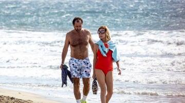 Ágatha Ruiz de la Prada y su pareja, Luis Gasset, paseando por las playas canarias