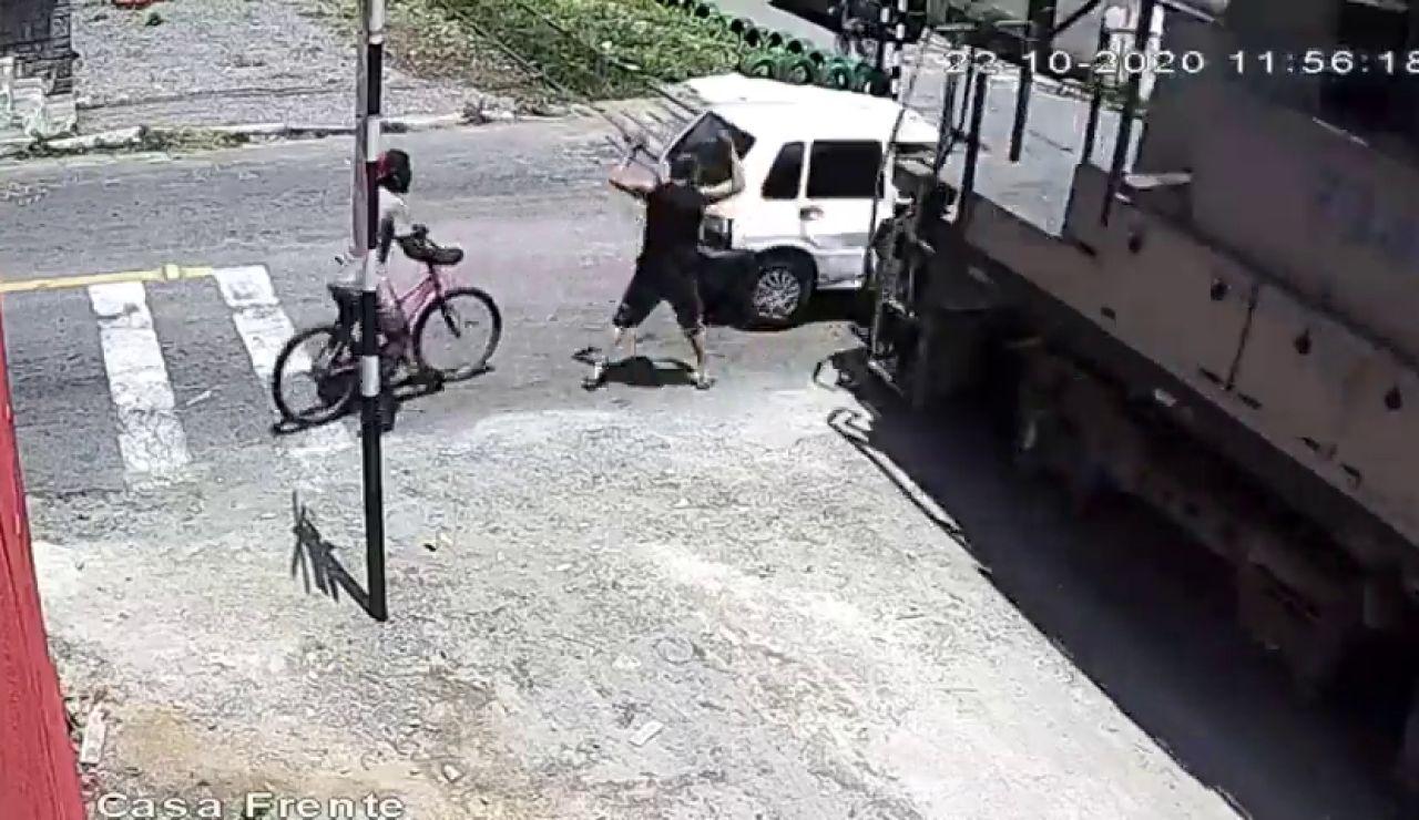 El angustioso momento en el que un tren arrolla a hombre que estaba intentando sacar su coche averiado de la vía