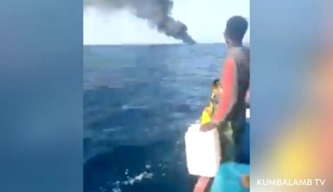 Buscan a decenas de jóvenes desaparecidos en alta mar tras una explosión en una patera rumbo a Canarias