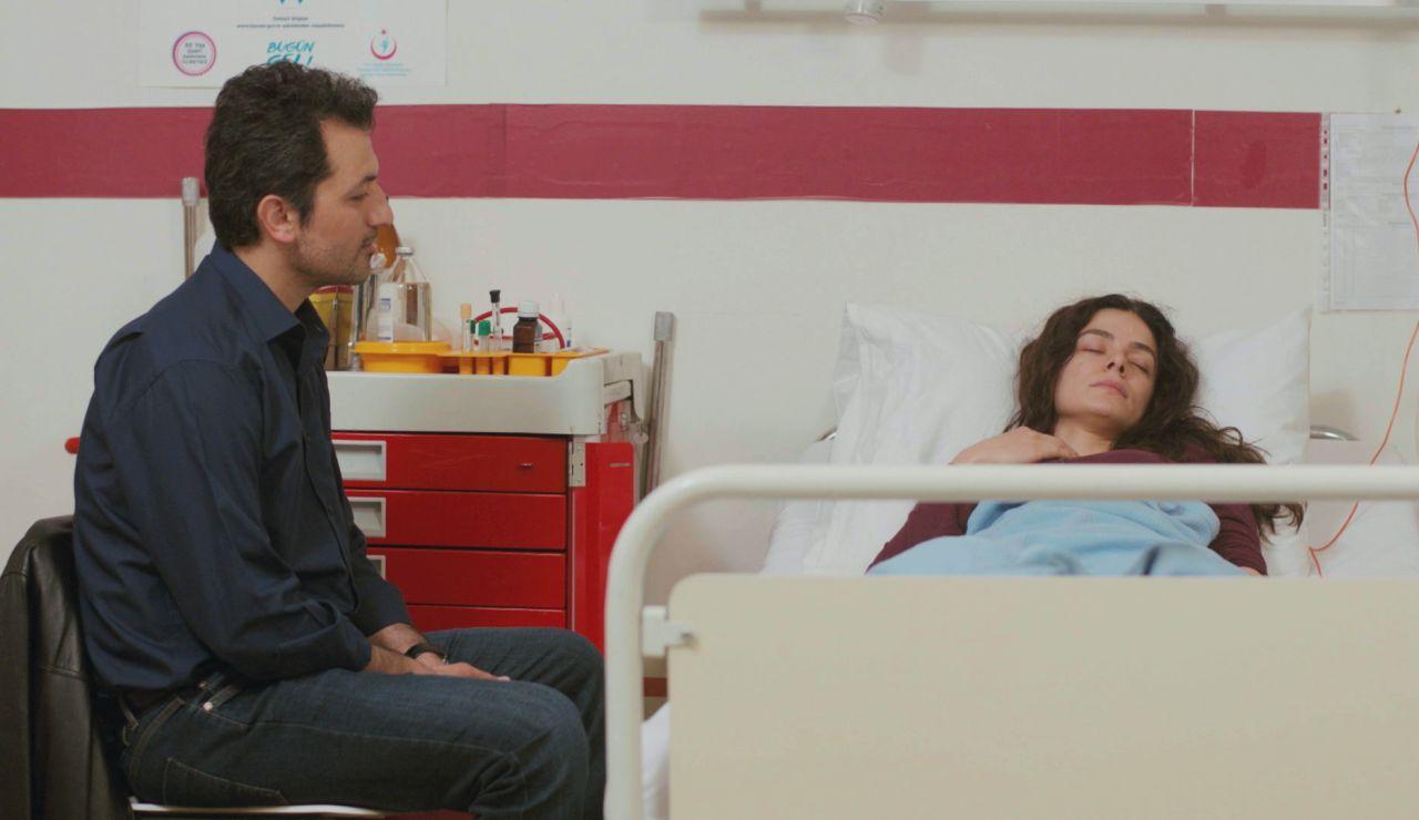 El gesto de amor definitivo de Arif: al lado de Bahar en la cama del hospital