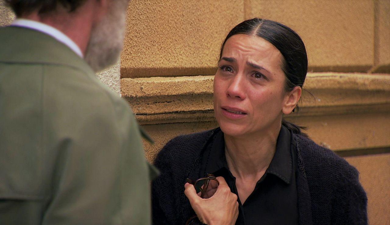 Manolita se aferra a la única persona que le puede ayudar: un vidente