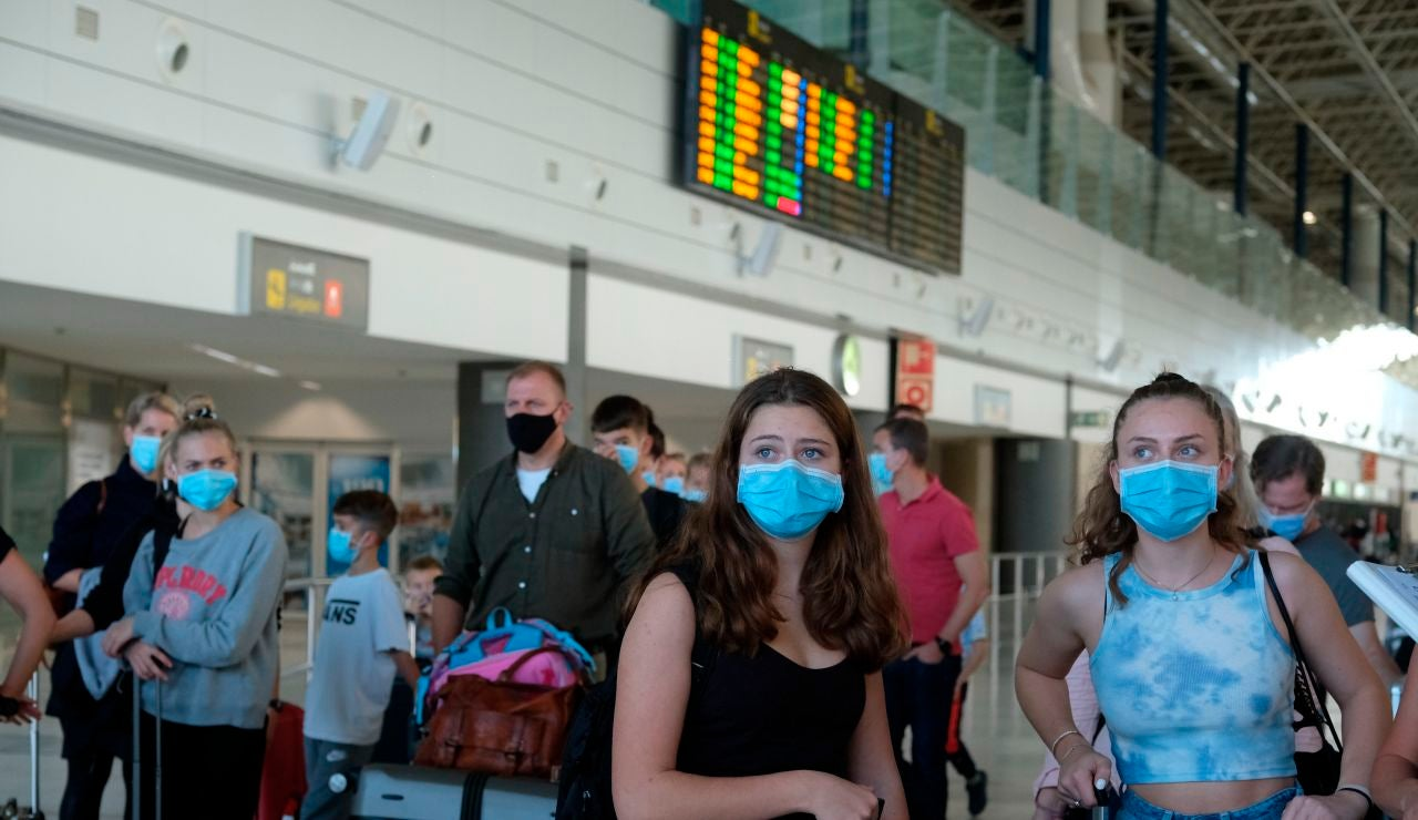 Varios turistas llegan al aeropuerto de Fuerteventura