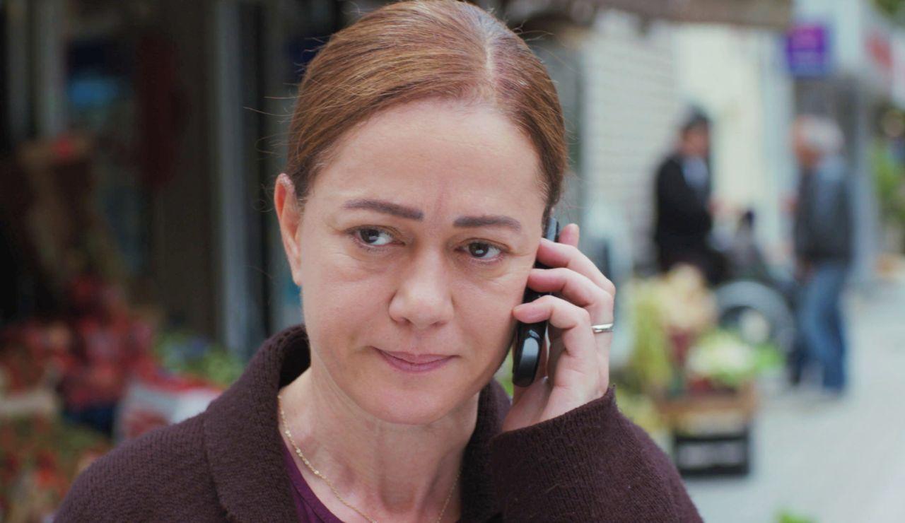 Hatice recibe una llamada esperanzadora de la persona en quien menos confiaba