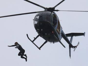 John Bream en el momento de saltar desde el helicóptero