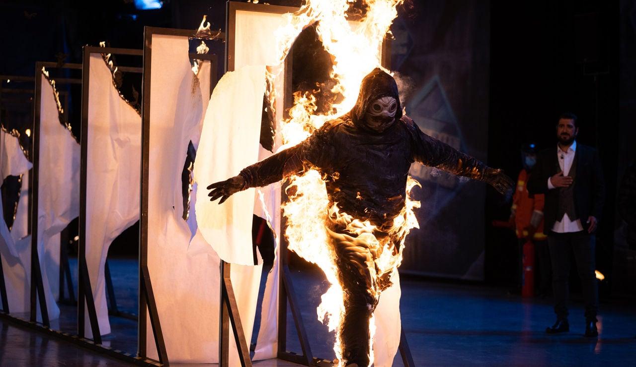 ¿Cuántas puertas de papel puede atravesar una persona en llamas? 'El Hormiguero 3.0' lo demuestra en directo