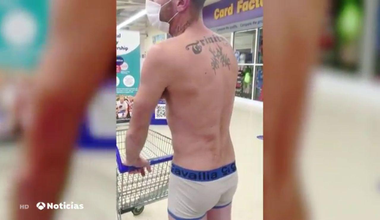 Un hombre va a un supermercado en calzoncillos para protestar contra las restricciones por el coronavirus en Reino Unido