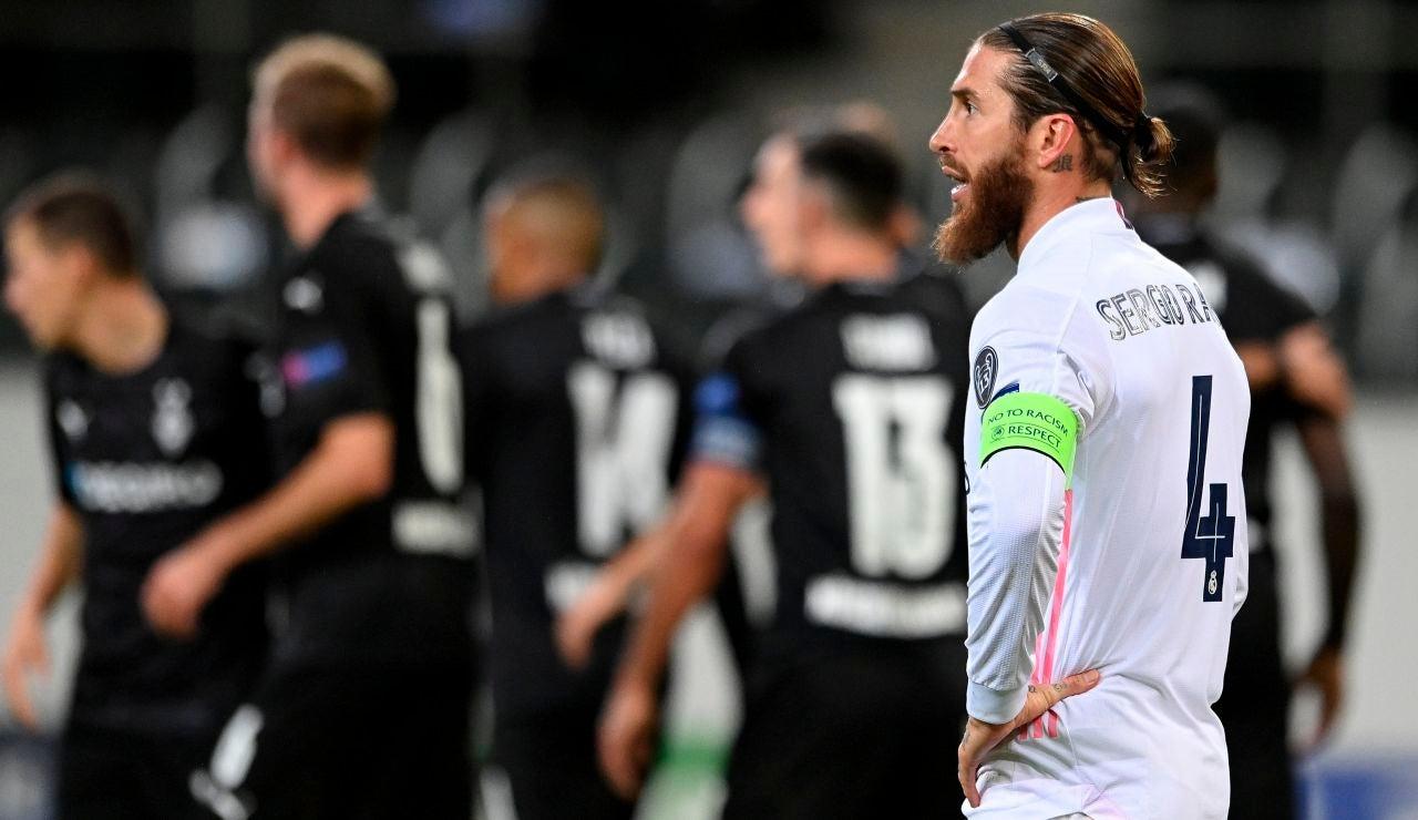 Sergio Ramos se lamenta tras un gol del Borussia Mönchengladbach