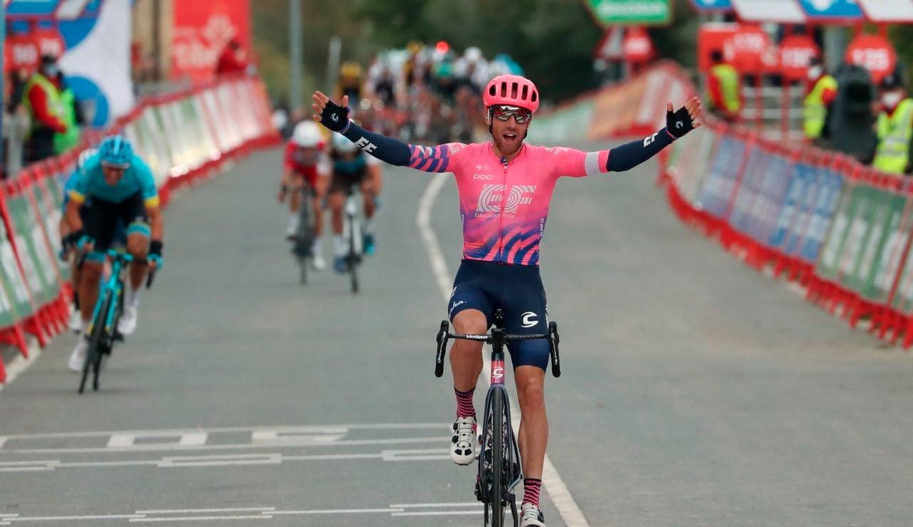 El canadiense Michael Woods celebra la victoria en la etapa 7 de la Vuelta a España