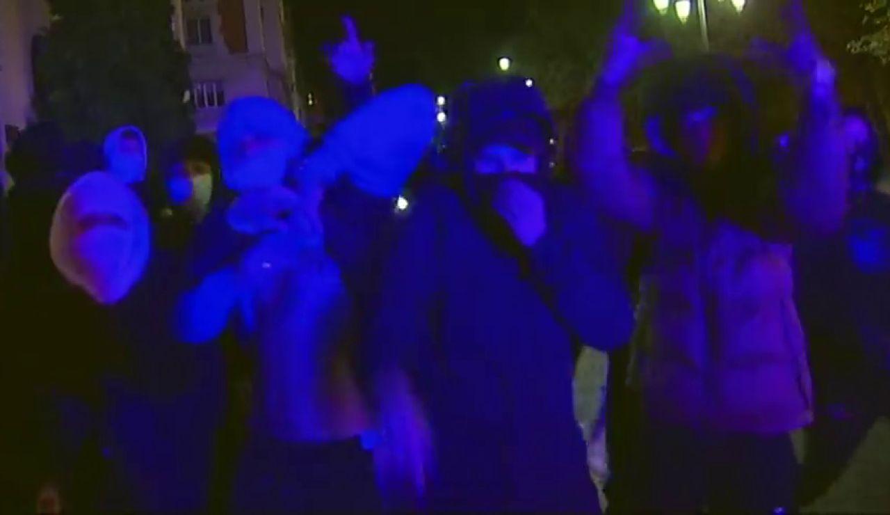 """VÍDEO: Unos 50 jóvenes protestan en Oviedo contra el toque de queda: """"Asturias, en pie de guerra"""""""