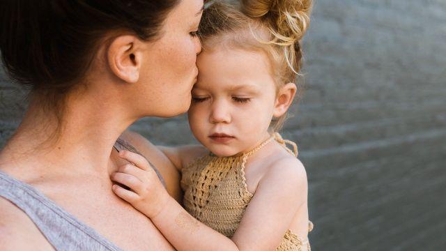 Madre con una niña (archivo)