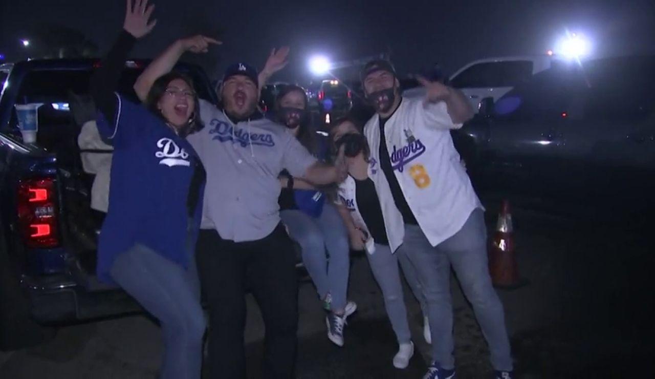 Miles de aficiones de los Dogers celebran la Liga de béisbol sin mascarillas ni distancia de seguridad