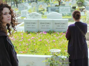 Sirin, a la desesperada para frenar a Enver: le enseña las lápidas de Bahar, Nisan y Doruk