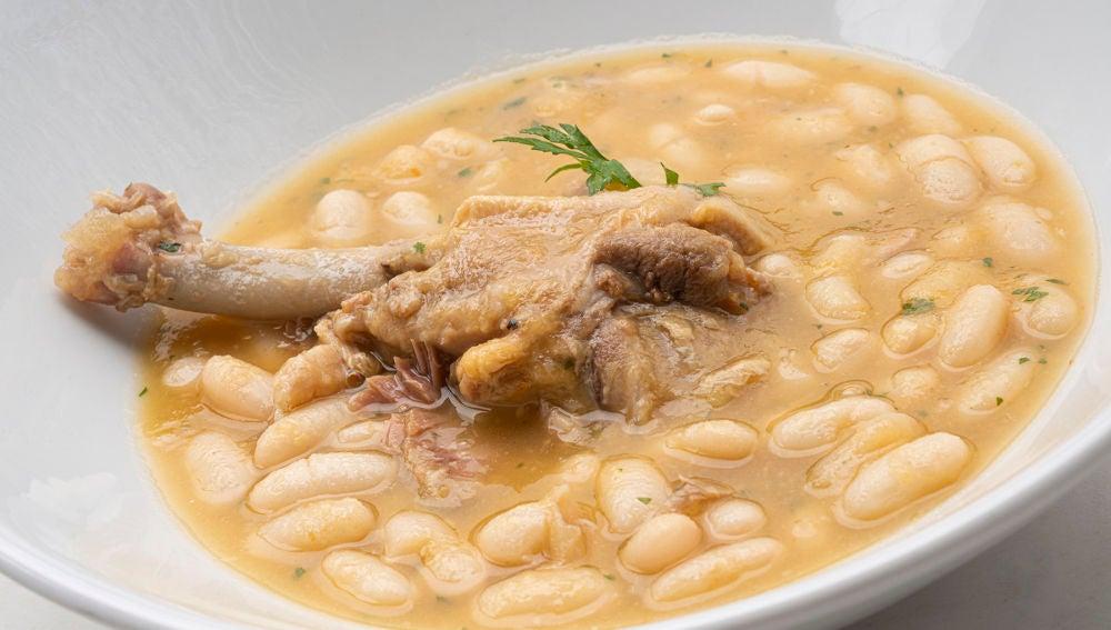 Alubias blancas con alas de pato, la rica y sencilla receta de cuchara de Karlos Arguiñano