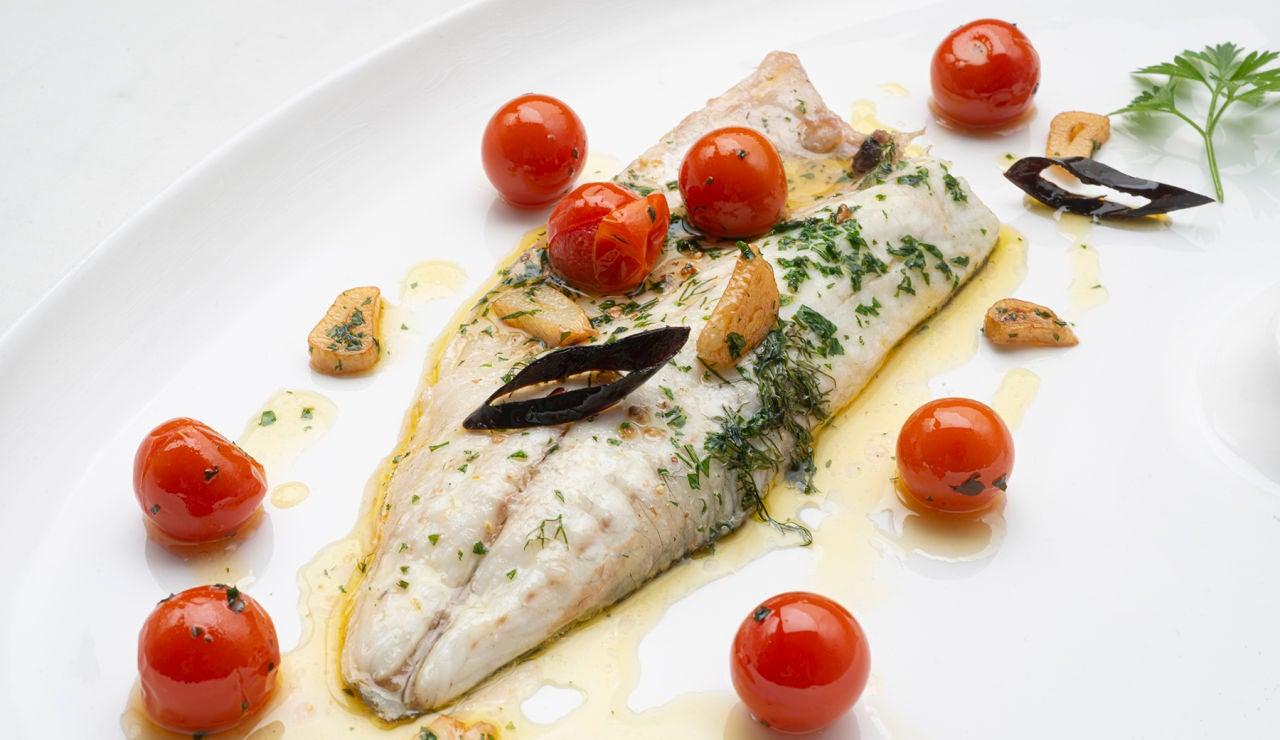 La receta de lubina a la marinera de Karlos Arguiñano: un plato digno de restaurante, elaborado en 5 minutos