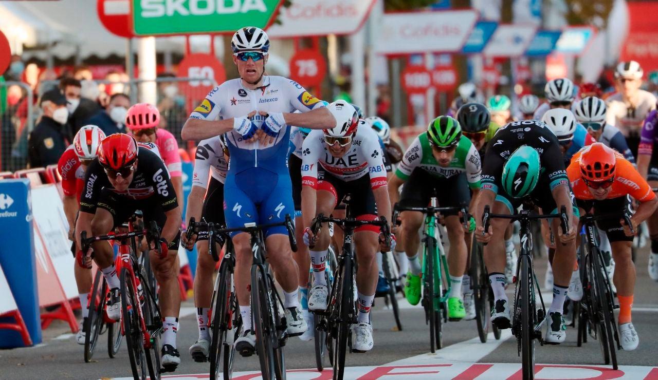 El irlandés Sam Bennett celebra la victoria en la etapa 9 de la Vuelta a España 2020