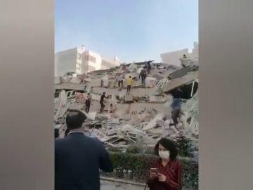 Un fuerte terremoto en el mar Egeo derrumba edificios en Grecia y Turquía