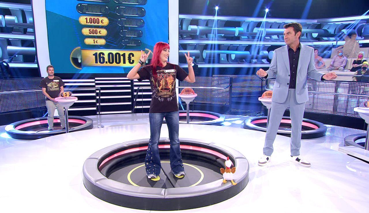 Duelo de chistes entre Arturo Valls y una concursante heavy en '¡Ahora caigo!'