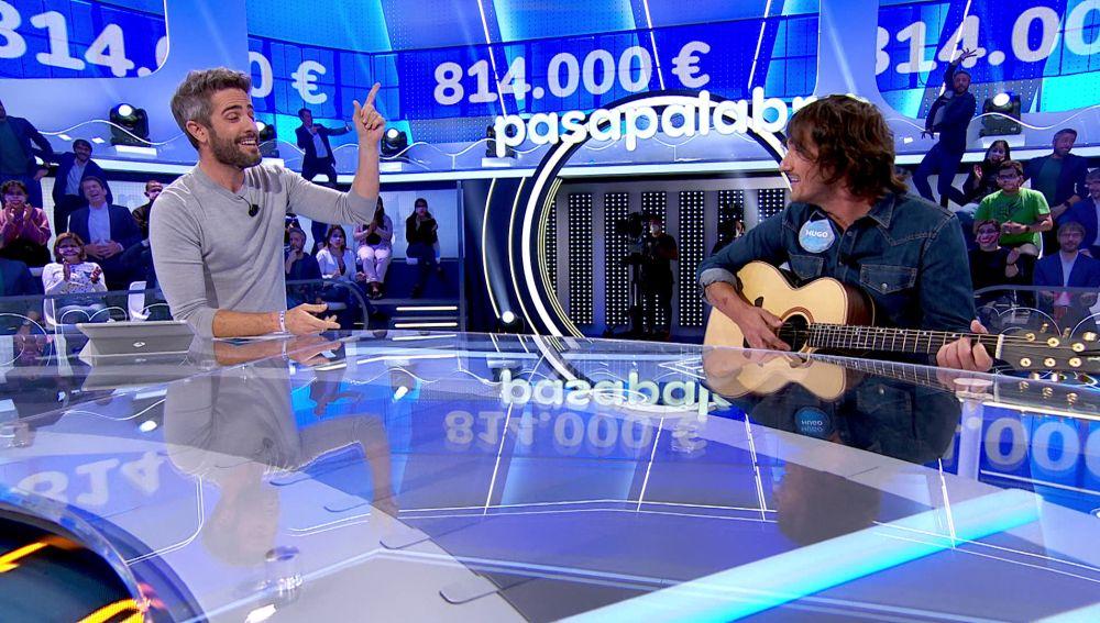 """El himno del Sevilla con un final inesperado retumba en 'Pasapalabra' gracias a Hugo Salazar y Roberto Leal: """"¡Viva la deportividad!"""""""
