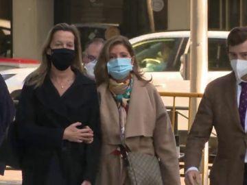 Rosalía Iglesias, esposa de Luis Bárcenas, recoge el auto de entrada en prisión por el caso Gürtel