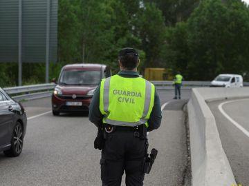Controles policiales para evitar desplazamientos entre comunidades con cierre perimetral en el puente de Todos los Santos