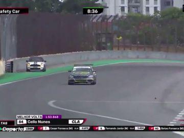 Una conductora se despista y acaba con su coche en mitad de una carrera en el circuito de Interlagos
