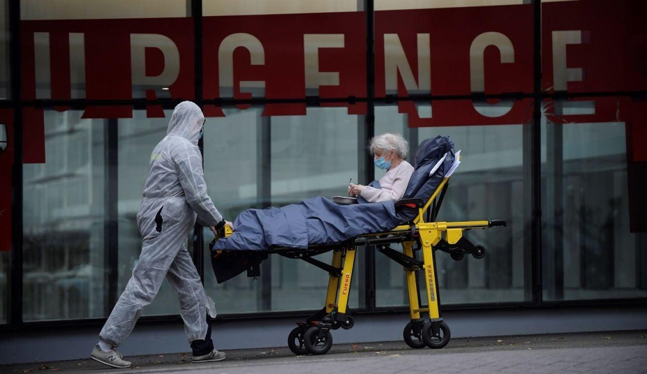 Imagen de un profesional sanitario con una paciente en París, Francia